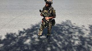 Ein afghanischer Soldat kontrolliert in Kabul.