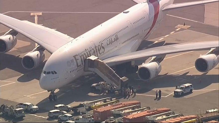 فيديو من داخل الطائرة الإماراتية بعد إصابة 10 ركاب بوعكة صحية في رحلة بين دبي ونيويورك