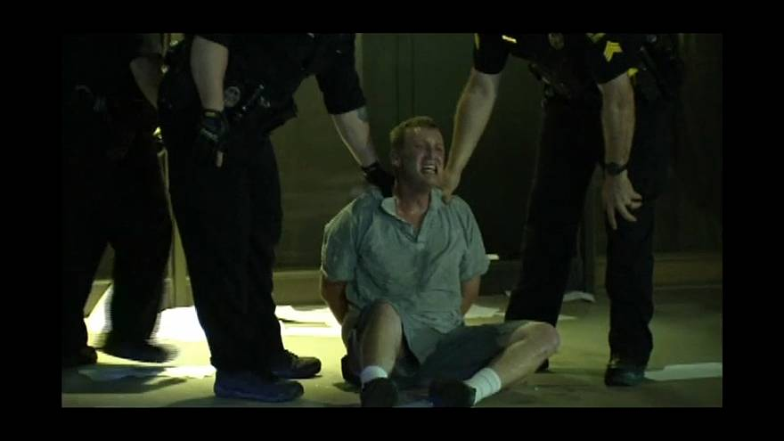 الرجل بعد إلقاء القبض عليه