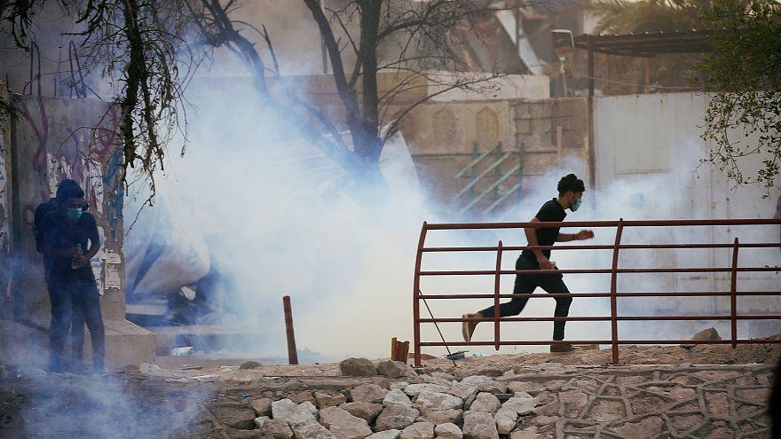 متظاهر عراقي يهرب من غاز مسيل للدموع اثناء الاحتجاجات