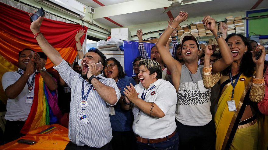 Hindistan mahkemesi eşcinsel ilişkiyi serbest bıraktı