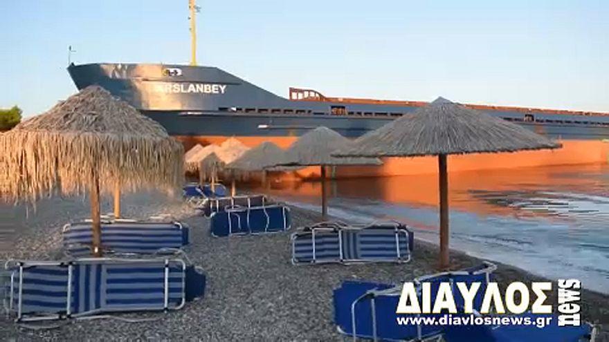 Teherhajó sodródott partra egy görög strandon