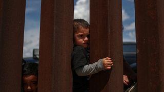 طفل مكسيكي على حدود بلاده مع الولايات المتحدة الأمريكية