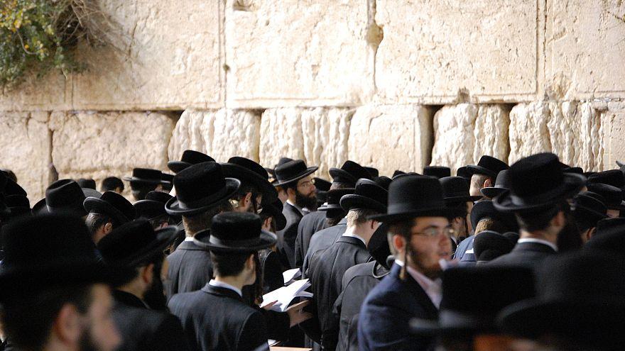مراهقون من اليهود المتدينين يهاجمون فتاة بدعوى عدم الاحتشام وارتدائها قميصا بلا أكمام