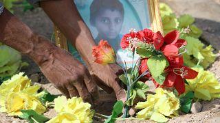"""شاهد: مقبرة جديدة لأطفال الحافلة التي قصفت في صعدة. وأب يصف كيف وجد جثة ابنه """"أشلاء"""""""