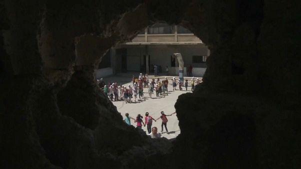 أطفال يعودون إلى المدارس في سوريا وآخرون لاجئون يحرمون المساعدات