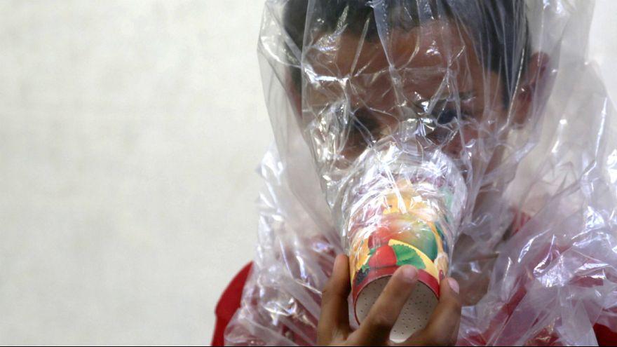 کودکی با ماسک دست ساز در استان ادلب