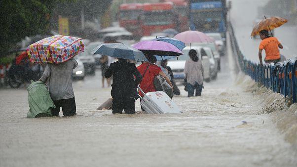 لقطات الأسبوع، فيضانات في الصين وإعصار في اليابان وانهيار جسر في الهند