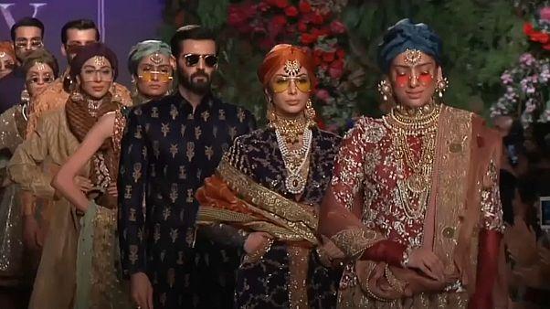 شاهد : أزياء العرائس تخطف الأنظار في أسبوع الموضة في باكستان