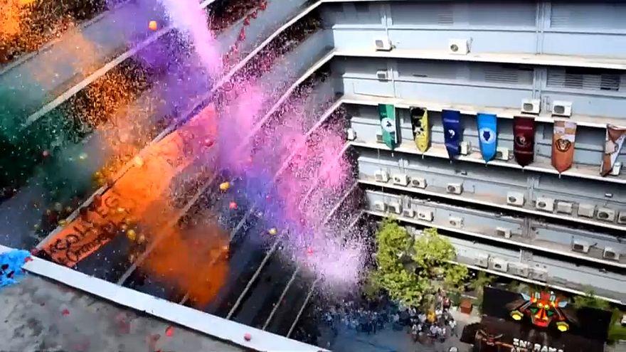 شاهد: منثورات ملونة تزين سماء جامعات فلبينية
