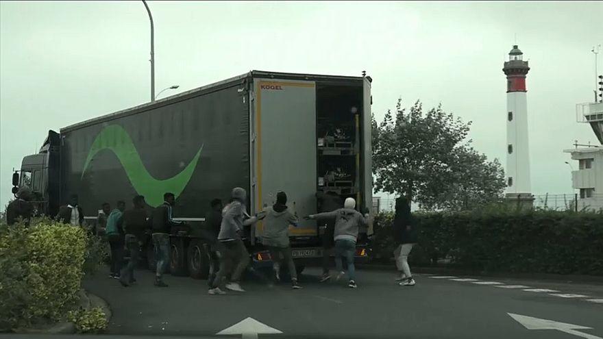 شاهد: مهاجرون يركضون خلف الشاحنات للتسلل من فرنسا إلى بريطانيا