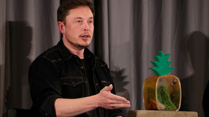 Canlı yayında esrar içen Elon Musk'ın 'gizli bilgilere erişimi iptal edilebilir'