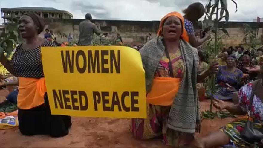 Decenas de mujeres protestan en Camerún contra la violencia en el país