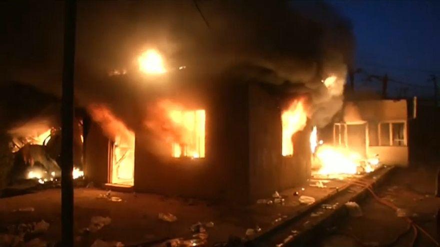 عراقيون يضرمون النار في مقر القنصلية الإيرانية في البصرة