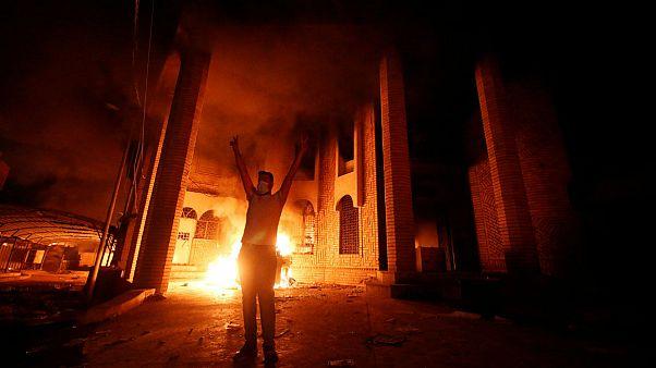 معترضان خشمگین کنسولگری ایران در بصره را به آتش کشیدند