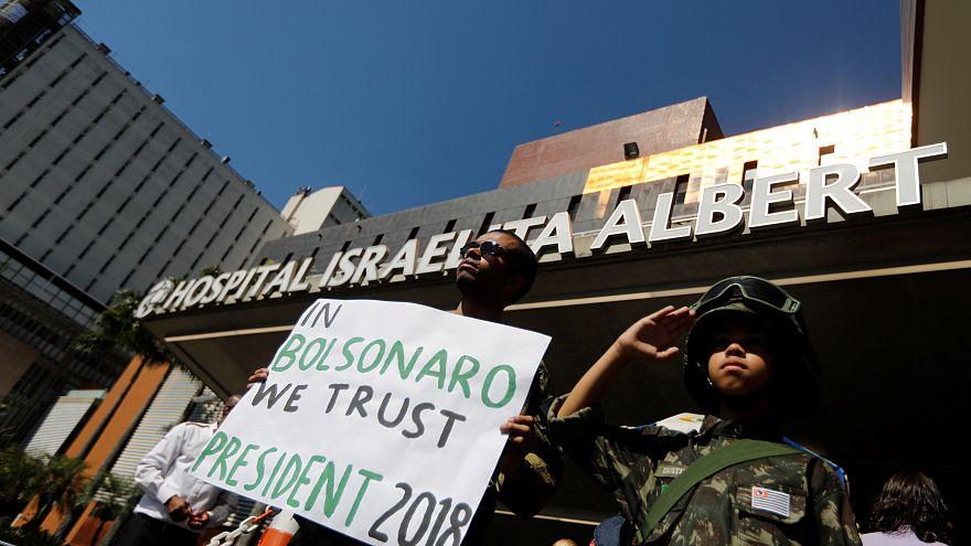 Apoiantes de Bolsonaro junto ao hospital onde o candidato foi internado