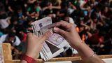 شاهد: مئات الأطفال في البارغواي يتدافعون لالتقاط نقود متطايرة والسبب..