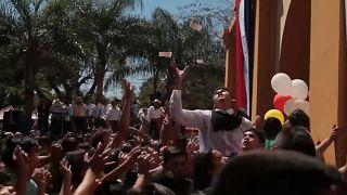 In onore della Vergine pioggia di banconote in Paraguay