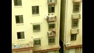 """شاهد: رجلان يتسلقان عمارة على طريقة """"الرجل العنكبوت"""" لإنقاذ طفلة من السقوط"""