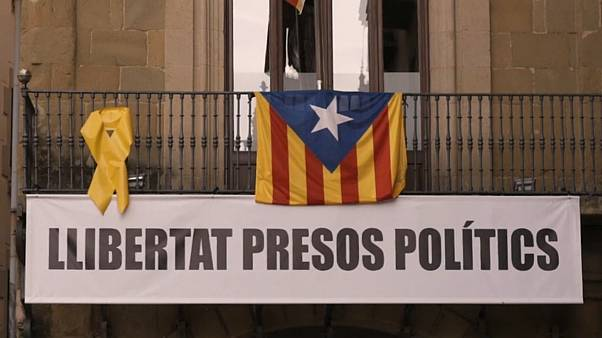 Yellow ribbons for imprisoned politicians cause controversy in Catalonia