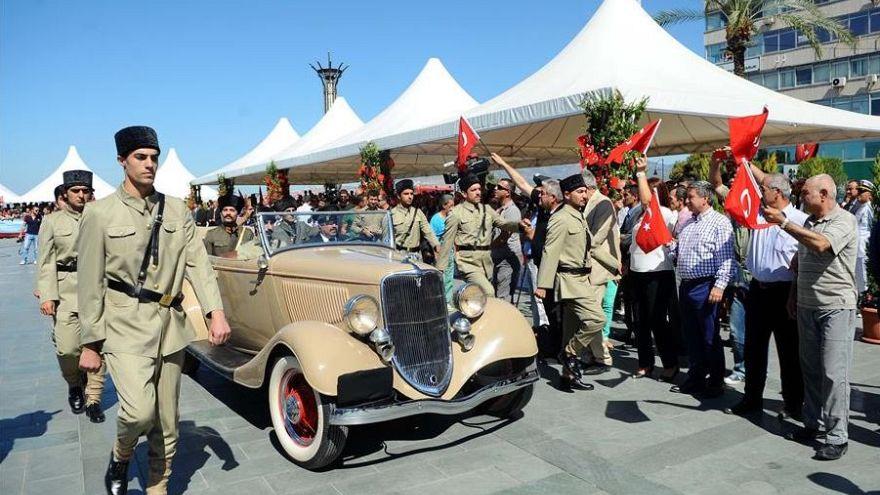 İzmir'in Kurtuluşu törenlerinde Mustafa Kemal Atatürk'ün kente girişi