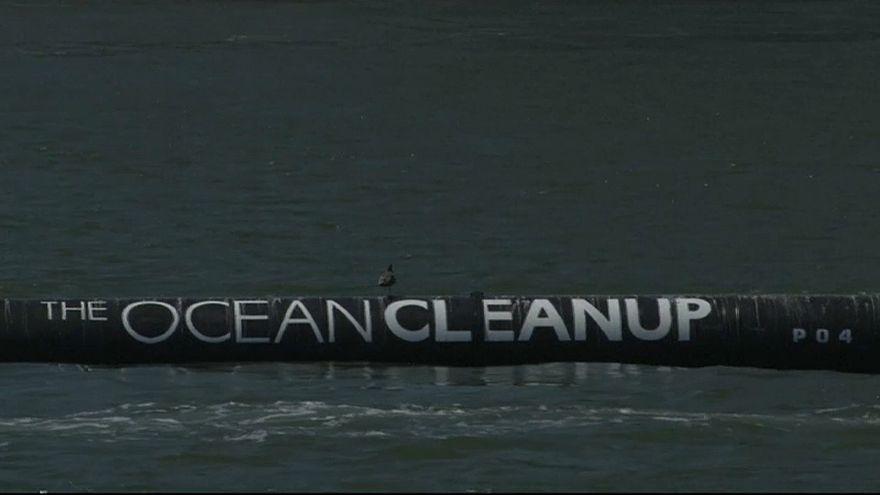 شاب يخترع جهاز تنظيف المحيطات ويبدأ بإزالة آلاف أطنان البلاستيك من المحيط الهادىء
