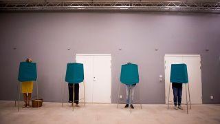 """Legislativas suecas, entre um """"empate"""" de blocos e a ascensão da extrema-direita"""