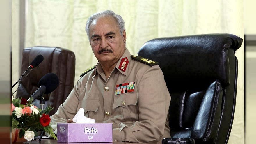 الجنرال خليفة حفتر المتقاعد يهدد بنقل الحرب إلى الجزائر