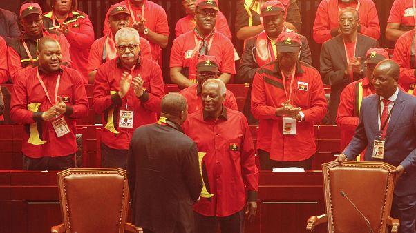 José Eduardo dos Santos cumprimenta João Lourenço no Congresso do MPLA