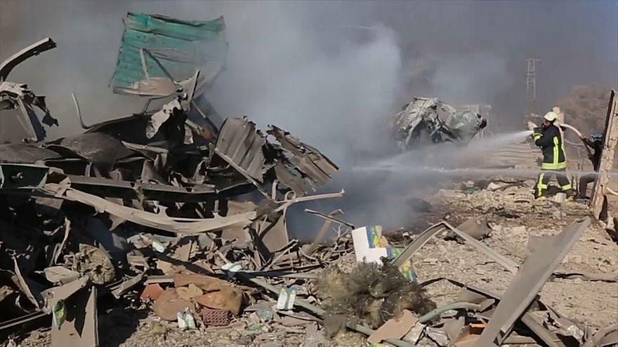 """شاهد: لحظة استهداف فريق """"الخوذ البيضاء"""" بغارة على إدلب"""