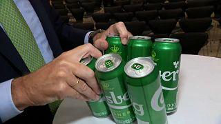 Carlsberg sustituirá las anillas de plástico de sus latas por pegamento