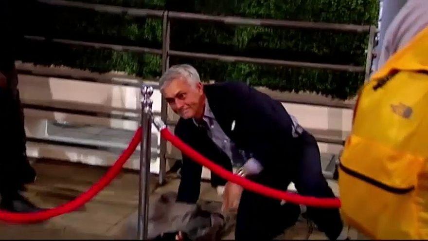 """شاهد: الـ """"سبيشيل وان"""" جوزيه مورينيو يسقط سقوطاً محرجاً"""