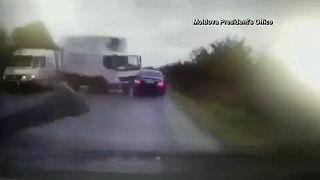 """شاهد: رئيس جمهورية مولدوفا ينجو من """"شاحنة طائشة"""""""