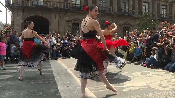 """""""رقصة البط الاربعة"""" لفرقة مدرسة أردنتسيا في مكسيكو"""