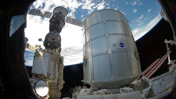 Rus kozmonot uzay üstündeki  'sabotaj' denilen deliği gösterdi