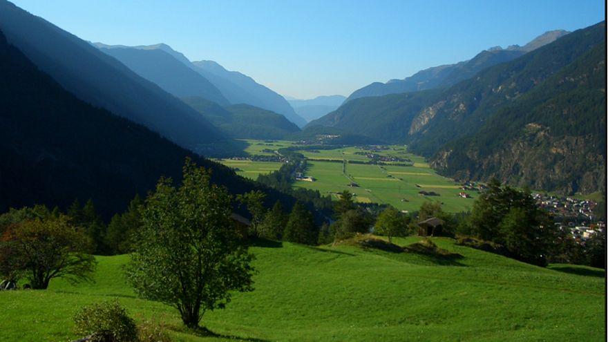 قرية سويسرية تقترح اعتماد دخل أساسي بقيمة  2200 يورو ودون عمل!