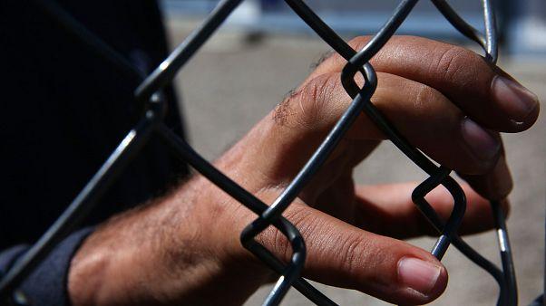 ΕΔΔΑ - ΑΡΣΙΣ: «Να σταματήσει η κράτηση ανήλικων μεταναστών σε αστυνομικά τμήματα»