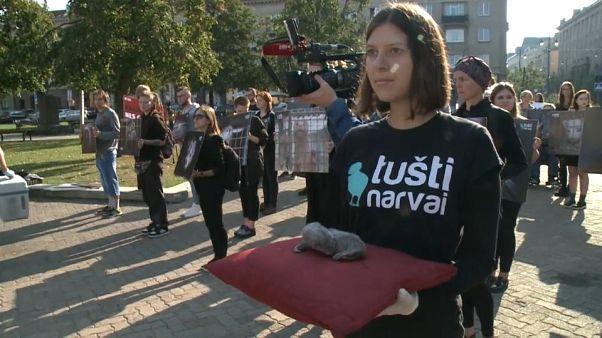 Des Lituaniens demandent l'interdiction des fermes à fourrure