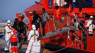 مهاجرون على متن قارب إنقاذ