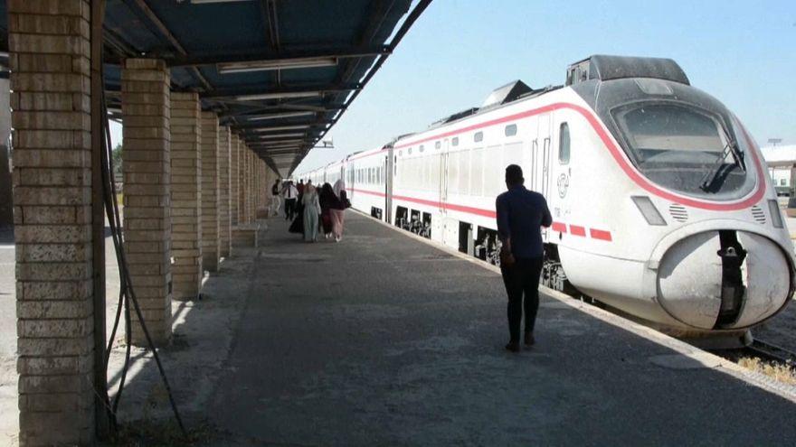 """شاهد:  قطار """"بغداد-الفلوجة"""" يتقدم بين بقايا الدبابات والسيارات"""