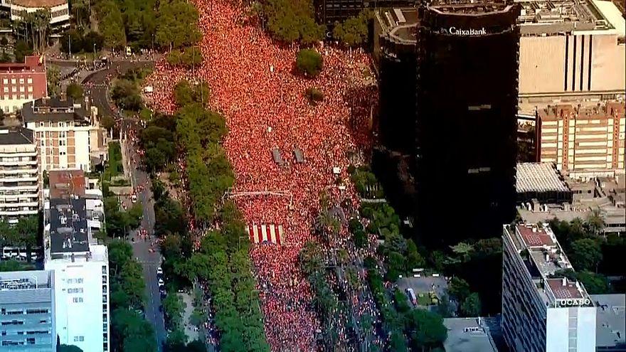 """شاهد: مسيرات حاشدة للكتالونيين هي الأولى منذ """"رهان"""" الاستقلال"""