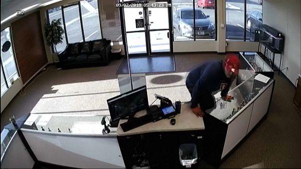 شاهد: لص فاشل يحاول السطو على أحد المحلات في أمريكا