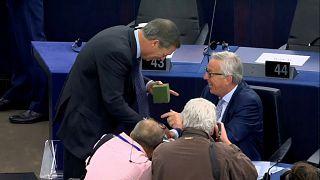 ¿Qué hay en la caja verde que ha regalado Farage a Juncker?