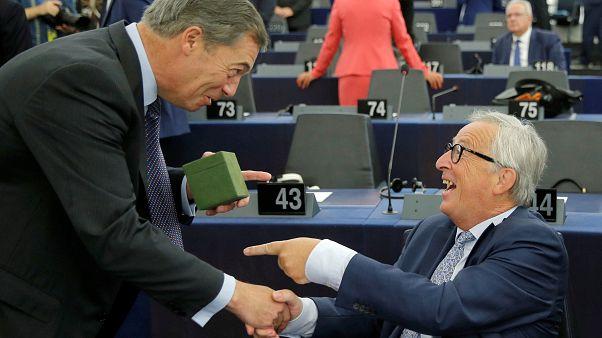 Ajándékkal búcsúztatta Farage a leköszönő Junckert