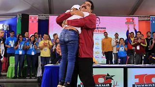 """Maduro dice que los venezolanos emigran """"llenos de dólares"""""""