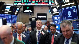 تراجع في أسعار النفط والذهب والدولار يعزز مكاسبه
