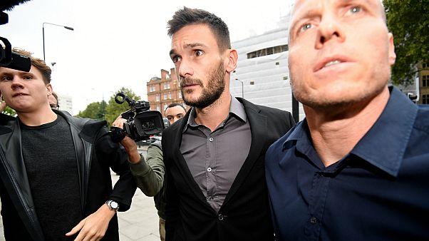 لوريس أثناء خروجه من المحكمة