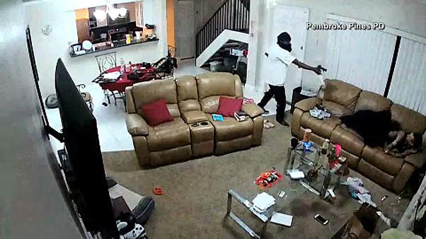شاهد: كاميرا توثّق عملية اقتحام واعتداء وسرقة في ولاية فلوريدا الأمريكية