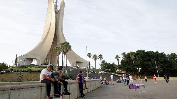 الجزائر تعاني من بطالة الشباب رغم تعافي أسعار النفط