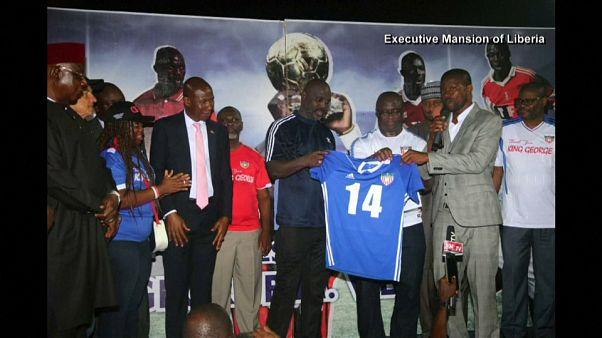 شاهد: جورج ويا يعود إلى ملاعب كرة القدم وهو رئيس لليبيريا